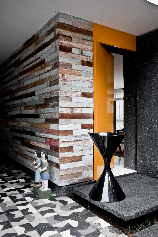 Brazilian creative eclectic living home - Panneau bois mural interieur ...